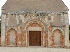 Eglise Saint-Julien - Français:   Osmery - Eglise Saint-Julien - Portail de la façade