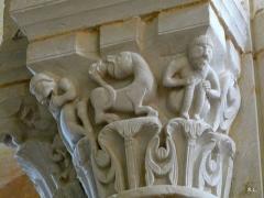 Abbaye Saint-Martin de Plaimpied - Français:   Chapiteaux du chœur accrobates