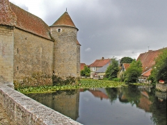 Ruines du château - English: Castle of Sagonne, view of the moat