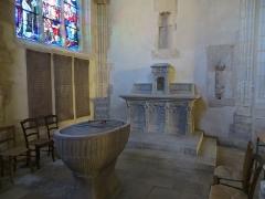 Eglise Saint-Amand - Français:   Autel consacré à Sainte Jeanne d\'Arc et font baptismal