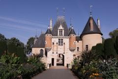 Château - Deutsch: Schloss Saint-Florent-sur-Cher, Rathaus der Stadt Saint-Florent-sur-Cher im französischen Département Cher - Torhaus