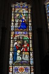 Eglise Notre-Dame - Deutsch: Katholische Pfarrkirche Notre-Dame in Bû im Département Eure-et-Loir (Centre-Val de Loire/Frankreich), Bleiglasfenster, Darstellung: Mariä Tempelgang (unten), Verkündigung (oben)