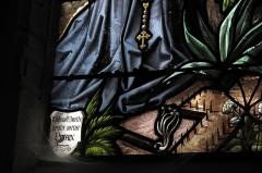 Eglise Notre-Dame - Deutsch: Katholische Pfarrkirche Notre-Dame in Bû im Département Eure-et-Loir (Centre-Val de Loire/Frankreich), Bleiglasfenster (Heilige Rosa, Margaretha und Genoveva) mit Signatur: Duhamel Marette peintre verrier EVREUX 1876 (Ausschnitt)