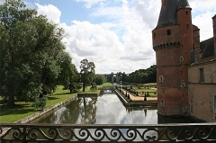 Tunnel - English: Part of the Château de Maintenon, with the aqueduct in the background.