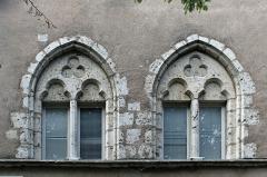 Maison dite Maison de la Voûte, ancien grenier à sel - Français:   Chartres, Maison de la Voûte. Fenêtres sur rue.