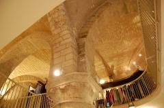 Maison dite Maison de la Voûte, ancien grenier à sel - English: Inside of the Maison de la Voûte in Chartres - the great pillar
