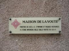 Maison dite Maison de la Voûte, ancien grenier à sel - Français:   Plaque de la maison de la Voûte, place du Cygne, Chartres, Eure-et-Loir (France).