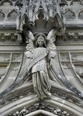 Domaine de la chapelle royale Saint-Louis - Français:   Façade occidentale de la chapelle royale Saint-Louis de Dreux (28). Ange.
