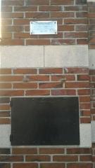 Ancien Hôtel-Dieu de Dreux - Français:   il s\'agit du tour des enfants trouvés, situé dans un pilier de la porte d\'entrée de l\'Hôtel-Dieu. De 1812 à 1837, les enfants abandonnés étaient placés dans la petite porte grise que l\'on voit sur la photo et récupérés par les nonnes de la ville.