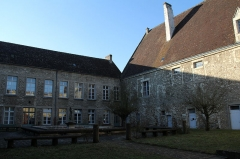 Ancienne abbaye Saint-Denis - English: A courtyard inside former Saint-Denis abbey, now part of a secondary school, in Nogent-le-Rotrou, Eure-et-Loir, France.
