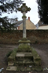 Eglise Saint-Laurent - English: A cross next to St. Lawrence church, in Nogent-le-Rotrou, Eure-et-Loir, France.