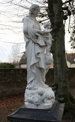 Eglise Saint-Laurent - English: A statue of Mother and Child, next to St. Lawrence church, in Nogent-le-Rotrou, Eure-et-Loir, France.