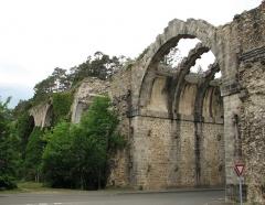 Ancien aqueduc de Pontgouin à Versailles (également sur communes de Maintenon et Berchères-Saint-Germain) - Français:   Aqueduc de Maintenon vu depuis la route de la gare
