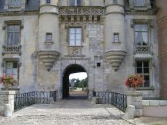 Ancien aqueduc de Pontgouin à Versailles (également sur communes de Maintenon et Berchères-Saint-Germain) - Français:   Extérieur du Château de Maintenon