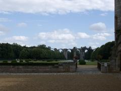 Ancien aqueduc de Pontgouin à Versailles (également sur communes de Maintenon et Berchères-Saint-Germain) - Français:   Vue depuis la cour du Château de Maintenon