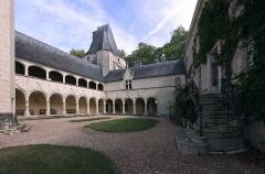 Château d'Argy - Deutsch: Innenhof von Schloss Argy im französischen Département Indre - längsseitiger und stirnseitiger Flügel mit Galerien, dahinter der Brillac-Turm.