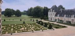Château d'Azay-le-Ferron - Deutsch: Schloss Azay-le-Ferron im französischen Département Indre - Blick auf den formalen Französischen Garten mit dem Französischen Landschaftsgarten im Hintergrund.