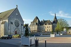 Château d'Azay-le-Ferron -  Azay-le-Ferron (Indre) Le Château et l'église Saint-Nazaire, depuis la place de Verdun.