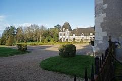 Château d'Azay-le-Ferron - Azay-le-Ferron (Indre).  Le Château.  L\'aile Cingé où se trouvent les communs, est du XVIIème siècle. Elle est reliées au château par une galerie construite en 1926.