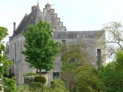 Ensemble castral - Français:   Châtillon-sur-Indre - Château - Logis - Extrémité sud avaec la chapelle et une tour de l\'enceinte transformée en habitation