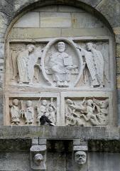 Eglise Notre-Dame - Châtillon-sur-Indre - Eglise Notre-Dame - Transept Sud - Christ bénissant entre deux séraphins, dessous à droite, l'Enfer sous la forme de la gueule de Léviathan, et à gauche, un pilleur d'église puni, Adroaldus, par saint Outrille à la demande de saint Pierre