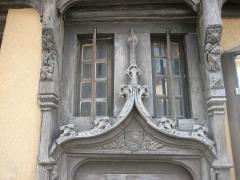 Maison du 15e siècle à pans de bois - Français:   La Châtre, maison rouge, Accolade de la porte gothique cloutée
