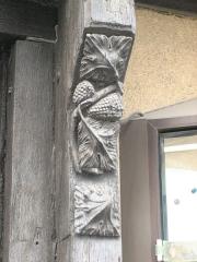 Maison du 15e siècle à pans de bois - Français:   Détail de la porte de la maison rouge à La Châtre
