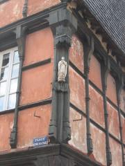 Maison du 15e siècle à pans de bois - Français:   Détail maison rouge saint Yves