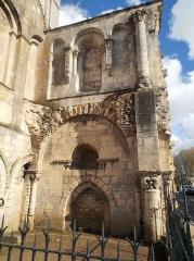 Ancienne abbaye Notre-Dame-du-Bourg-Dieu - Français:   Abbaye Notre-Dame de Déols, dans l\'Indre (bâtiment catholique bénédictin de style roman édifié entre les Xe et XIIIe siècles).