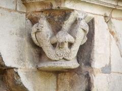 Ancienne abbaye Notre-Dame-du-Bourg-Dieu - Français:   Abbaye Notre-Dame de Déols, dans l\'Indre (bâtiment catholique bénédictin de style roman édifié entre les Xe et XIIIe siècles). Détail d\'un ornement de pierre à la base du clocher (peut-être une sirène à deux queues de poisson, tenant de ses mains ses deux queues; la tête et le buste sont endommagés).
