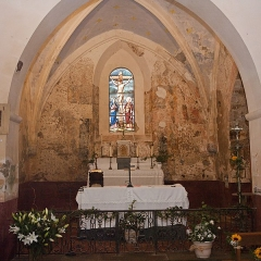 Eglise Saint-Pierre de Dampierre -  The apse on aven ass from the 11th century was doubled in the 12th century with a vault whose ribs are supported by four consoles representing angelic musicians who remember that in this place it's proclaims the word of God...