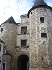 Porte dite de l'Horloge - Français:   Porte de l\'Horloge et son beffroi à Issoudun (36).