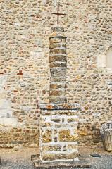 Eglise Saint-Martin de Vicq - Deutsch:   Stele vor Südseite