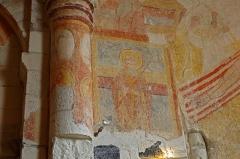 """Prieuré Saint-Laurent - Palluau-sur-Indre (Indre)  Le prieuré Saint-Laurent dépendait de l\'abbaye de Saint-Genou, située à moins d\'une heure à pied.  L\'église Saint-Laurent date du XIe siècle et sa décoration peinte du début du XIIe.  Vendue comme bien national ,à la Révolution, l\'église fut transformée en logements. Elle subit un incendie au XIXe siècle.  Les fresques recouvertes d\'un badigeon furent redécouvertes par des enfants à la veille de la deuxième guerre mondiale.  Ce n\'est que depuis 1977 que l\'on mène des opérations de sauvetage.  Sur le cul-de-four de l\'abside, la fresque de la """"Vierge en majesté"""".  A l\'emplacement de la fenêtre nord, murée au XVe siècle, Saint-Laurent sur le gril.  Sur la voute, le """"Christ en majesté"""" entouré des symboles des évangélistes.  <a href=\"""