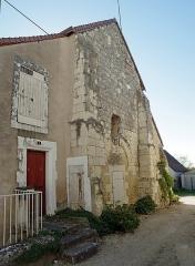 """Prieuré Saint-Laurent - Palluau-sur-Indre (Indre)    Prieuré Saint-Laurent.  Ancien porche ouest.  C\'est l\'ancienne église romane du prieuré, désaffectée, encore partiellement transformée en habitation. Pour partie propriété de la commune et pour une autre partie propriété privée.    Le prieuré Saint-Laurent dépendait de l\'abbaye de Saint-Genou, située à moins d\'une heure à pied.  L\'église Saint-Laurent date du XIe siècle et sa décoration intérieure peinte du début du XIIe.  Vendue comme bien national, à la Révolution, l\'église fut transformée en logements. Elle subit un incendie au XIXe siècle.  Les fresques recouvertes d\'un badigeon furent redécouvertes par des enfants à la veille de la deuxième guerre mondiale.  Ce n\'est que depuis 1977 que l\'on mène des opérations de sauvetage.  Sur le cul-de-four de l\'abside, la fresque de la """"Vierge en majesté"""".  A l\'emplacement de la fenêtre nord, murée au XVe siècle, Saint-Laurent sur le gril.  Sur la voute, le """"Christ en majesté"""" entouré des symboles des évangélistes.  <a href=\"""