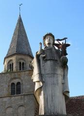 Eglise -  Saint-Denis-de-Jouhet (Indre, France) -  Le monument-aux-morts vu dans l'axe du clocher de l'église.  .  .  .