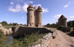 Château - Deutsch: Burg Sarzay im französischen Département Indre - Burg mit Wassergraben und erhaltenem Turm der Umfassung