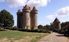 Château - Deutsch: Schloss Sarzay im französischen Département Indre - Ansicht mit erhaltenem Turm der Umfassung