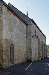 Eglise Saint-Martin - Autrèche (Indre-et-Loire)  Eglise Saint-Martin* d\'Autrèche  Eglise du 11e.  siècle, construction en tuffeau et calcaire.    L\'église Saint-Martin est remarquable pour son petit appareillage de pierres qui permet de dater sa construction aux 10e et 11e s.  Elle présente également des contreforts semi-circulaires similaires à  ceux   des donjons construits à  la même période (Loches).  Le portail de style roman est du 12e siècle. La voussure (le pourtour) est ornée d\'un motif diamanté.     Le monastère de Saint-Martin de Tours joua un rôle important en architecture à  partir de la reconstruction de son église en 904, qui suscita des imitations à  Perrusson, Autrèche, Chanceaux-sur-Choisille, Cravant-les-Coteaux, St-Mexme de Chinon, etc...