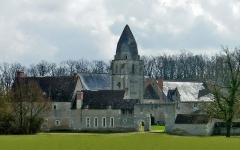Ancien prieuré de Saint-Jean-du-Gray - Français:   XIIe siècle Le prieuré Saint jean du Grais, à mi-chemin entre Azay sur Cher et Cormery, aurait été fondé par Foulques Nerra en 1017, mais la grande Chronique de Touraine indique que le fondateur est un certain Joscelin mort en 1146. D\'abord propriété de la collégiale Saint Martin, le prieuré est ensuite donné à des ermites de la contrée. Il appartient en 1603 aux chanoines réguliers de Saint Augustin, puis au collège de Tours en 1701. L\'église prieurale datant du début du XIIe siècle disparaît vers 1850; il n\'en subsiste que le clocher, dont le beffroi est percé de deux ouvertures en plein cintre, et dont la flèche en forme de mitre rappelle le clocher de Courçay, typique de la vallée de l\'Indre. Au centre du prieuré, le puits couvert et charpenté est resté intact.