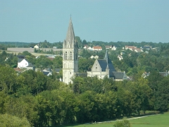 Eglise abbatiale Saint-Pierre-Saint-Paul - Français:   Eglise abbatiale de Beaulieu-lès-Loches et son clocher vus du Parc Baschet à Loches