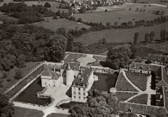 Château de Boussay - Français:   Vue aérienne du château de Boussay, avec douves et communs.