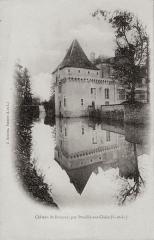 Château de Boussay - Français:   Tour carrée (XVème) du château de Boussay se reflétant dans les douves