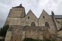 Eglise (église Saint-Pierre et collégiale Saint-Michel réunies) -  Bueil-en-Touraine (Indre-et-Loire)   Collégiale Saint-Pierre, Saint-Michel et Saints-Innocents (XIIe, XIVe, XVe, XVIe siècles)   L'ensemble est formé de l'église Saint Pierre accolée à la collégiale Saint Michel. Le clocher de l'église est du XVIe siècle.  À l'intérieur de la collégiale, on trouve: - les gisants de la famille de Bueil* du XVe siècle (reconstitués),  - des fonts baptismaux de 1521 (cuve de pierre sculptée par Jehan Baron, couvercle de bois sculpté), les rinceaux, volutes, macarons, appartiennent au style de la Renaissance,  - des peintures murales. La restauration des deux églises a vu la création originale de quatre luminaires contemporains en verre, par les artistes Natacha Mondon & Eric Pierre. Au XIIe siècle,  une petite église existait déjà; elle se dressait sur un rocher. Succédant probablement à plusieurs anciens édifices de bois, couverte de petites tuiles plates, elle était construite en pierre. Eclairée par de modestes fenêtres en plein cintre, toujours visibles sur le mur nord de l'édifice, elle occupait l'emplacement de la nef actuelle. Hugues de Vaux, premier seigneur de Bueil connu, «tenait dans sa main» cette église placée sous le vocable de Saint Pierre. Se conformant à la réforme grégorienne, il en fit don, en 1108, à l'abbaye Saint Julien de Tours qui y installa un petit prieuré.  Au milieu du XIIIème siècle, les moines transformèrent l'église en un petit monastère dont le prieur était également curé de la paroisse. De cette église primitive subsiste encore sur le mur Nord extérieur 2 petites baies en arc en plein cintre. Jean IV*, Pierre*, Hardoin* et Guillaume*, les quatre frères de Bueil, désirent fixer le lieu de leur sépulture à Bueil.  En 1394, ils fondent un chapitre de chanoines réguliers pour garder leurs sépultures, et ordonnent la construction de la collégiale sous le vocable