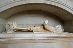 Eglise (église Saint-Pierre et collégiale Saint-Michel réunies) -  Bueil-en-Touraine (Indre-et-Loire)   Collégiale Saint-Pierre, Saint-Michel et Saints-Innocents (XIIe, XIVe, XVe, XVIe siècles)   Gisant du XVe siècle, de Pierre de Bueil, seigneur du Bois, de Neuvy, et de la Motte Sonzay, bailli de Touraine, sous un enfeu. Il formait à l'origine un ensemble avec le gisant de sa femme Marguerite de Chausse.  Pierre de Bueil, seigneur du Bois et de la Motte Sonzay, bailli de Touraine, était le fils puiné de Jean II de Bueil. Il mourut en 1414 et fut inhumé dans le choeur de la collégiale. L'homme est vêtu d'une cotte d'armes: une tunique en tissu orné des armoiries de la famille de Bueil. Le chien aux pieds du gisant est un symbole de fidelité. Le corps du gisant est en pierre, la tête est en marbre. Des éléments ont été refaits en plâtre: les mains, une partie du pied droit et le pied gauche et l'épée.