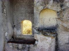 Ancienne chartreuse du Liget - Français:   passe-plat et lavabo dans le murs d\'une cellule