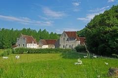 Ancien monastère dit La Corroierie - Chemillé-sur-Indrois (Indre-et-Loire)  La Corroirie.  Fief féodal, seigneurie et monastère des frères chartreux, à l\'orée de la forêt de Loches.  Ancienne dépendance de la Chartreuse du Liget, à 800 mètres de celle-ci en suivant le ruisseau du Liget vers l\'aval, en dessous d\'un étang, la Corroirie est lieu féodal de la Chartreuse et refuge des religieux  en cas de troubles.  Afin de préserver la tranquillité des pères chartreux, leur domaine de plus de 1500 hectares, était administré depuis la Corroirie par le père procureur et les frères chartreux.  Son pont-levis, ses douves et ses fortifications en font une  place forte.  Une des portes est intacte, reconstruite au XVe siècle, elle  se présente sous la forme d\'une tour carrée, pourvue d\'un chemin de ronde protégé par des mâchicoulis, percée d\'une porte et d\'une poterne autrefois défendues par des ponts-levis.  La chapelle date de des XIIe-XIIIe siècles, mais elle a été surélevée au XVe siècle de deux étages, dont le premier est muni de meurtrières. Elle comprend une nef à deux travées prolongée par une abside à quatre pans. Elle conserve l\'allure militaire de l\'ensemble, mais est dans style Plantagenet à l\'intérieur. Elle comprend une nef à deux travées prolongée par une abside à quatre pans.  La prison est une tourelle isolée des autres bâtiments. Son unique accès se faisait par une porte percée à l\'étage, la cellule se trouvant au rez-de-chaussée.