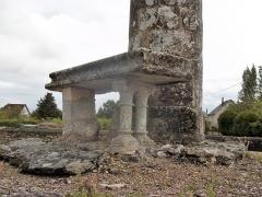 Lanterne des Morts - Français:   L\'autel au pied de la lanterne des morts