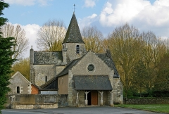 Eglise paroissiale Saint-Quentin -  ÉGLISE SAINT QUENTIN DES PRÉS. La Croix-en-Touraine (Indre-et-Loire). ▪Magnifique exemple de l'art roman du XIIème siècle avec une abside semi-circulaire et trois baies en plein cintre. ▪Les bras des transepts sont doublés par des absidioles.  ▪Le clocher octogonal comporte de petites ouvertures romanes.  ▪Le porche prolonge la nef de l'église non voûtée.  ▪A l'intérieur, des modillons sont visibles au chevet.  ▪L'église renferme une piéta du XVème siècle.  ▪ CHURCH OF SAINT QUENTIN MEADOWS. La Croix-en-Touraine (Indre-et-Loire). ▪ A magnificent example of Romanesque art of the twelfth century with a semicircular apse and three semicircular bays. ▪ The arms of the transepts are lined with chapels.  ▪ The octagonal tower has small openings Romance.  ▪ The porch extends the nave of the church not vaulted.  ▪ Inside modillions are visible at the bedside.  . Church contains a pieta of the fifteenth century.