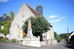 Eglise paroissiale Saint-Pierre -  l'église et le monument aux morts de Neuillé-le-Lierre